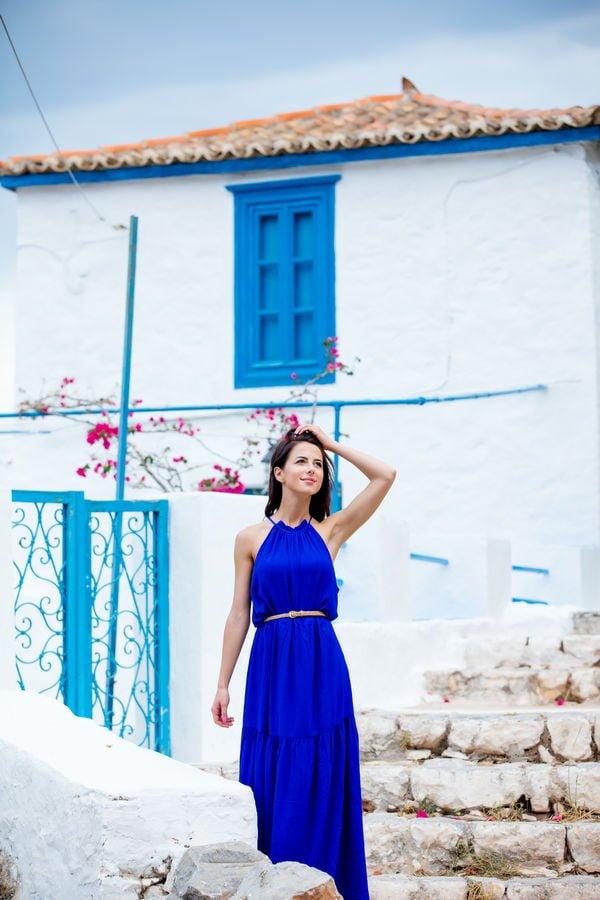 mujer en la isla de hidra Grecia