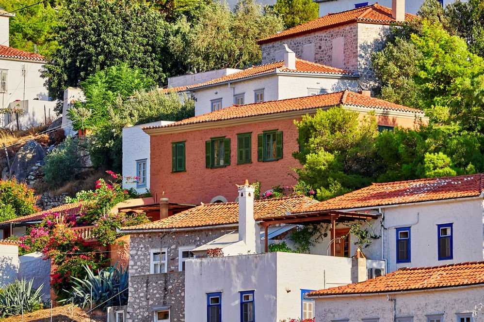 coloridas casas en isla hydra